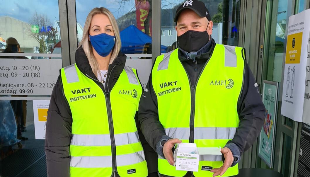 Både senterleder Rune Eriksen og markedskoordinator Elin Kjelsnes Larsen trår til som vakt ved hovedinngangen ved behov. Masker er påbudt for ansatte så vel som kunder.