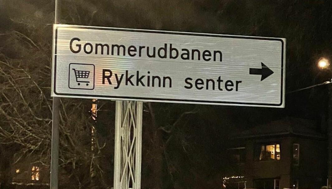 Rykkinn senter var det første som fikk veivisningsskilt for kjøpesenter, etter en seks år lang kamp i regi av Bærum handels- og servicebedrifters forening. Flere skilt er kommet til rundt omkring i landet, men mange har også fått avslag.