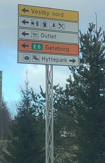 Skiltet til Oslo Fashion Outlet Vestby er plassert ved rampene fra E6, altså ikke ute ved selve motorveien.