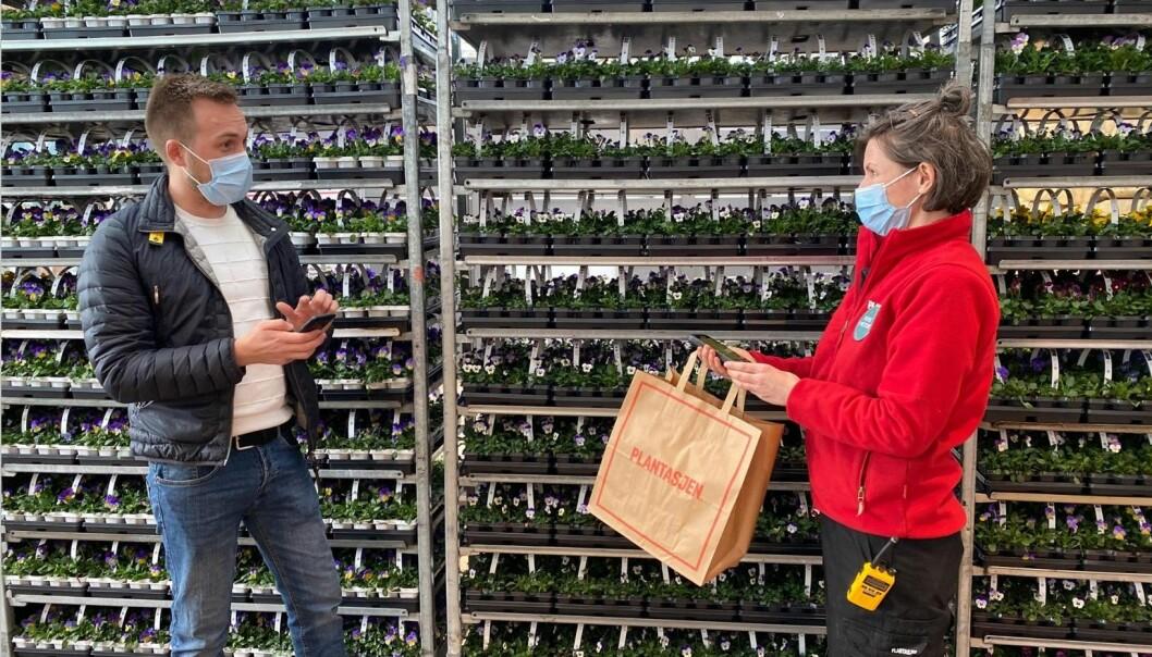 Kassen er lagt inn i mobiltelefonen til butikkpersonalet til Plantasjen, og de kan ta betalt hvor enn kundene måtte være inne i butikkarealene.