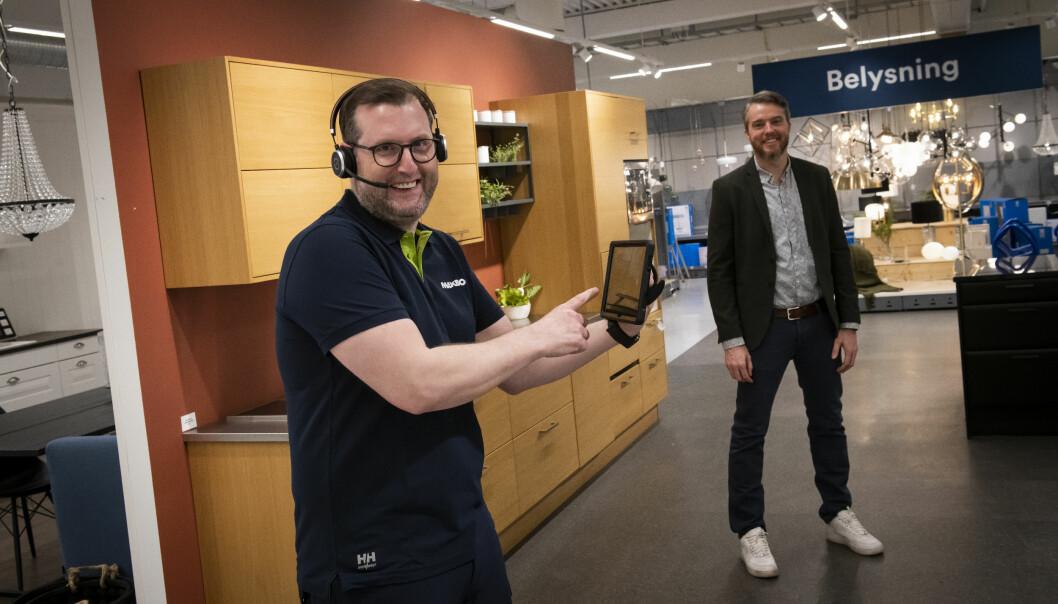 Kunderådgiver Kaare Magnus Bergsland og Kristoffer Førde Aarskog, sjef tjenestesalg i Løvenskiold Handel, demonstrerer live shopping på Maxbo Vækerø.