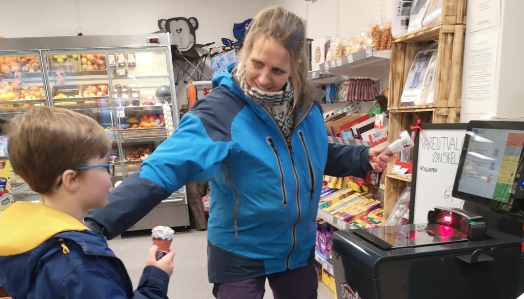 Eksingedalen Snarkjøp var første pilot. Kundene er begeistret. Her skanner bestemor Kari Brørvik selv varene som er handlet, mens barnebarnet ser på.