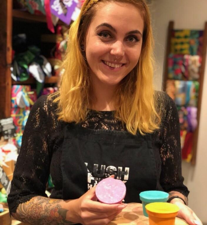 PR-ansvarlig Malin Thilesen Goldberg i LUSH Norge er glad for at studenter kan få glede av produktene de er nødt til å svinne på grunn av stengte butikker.