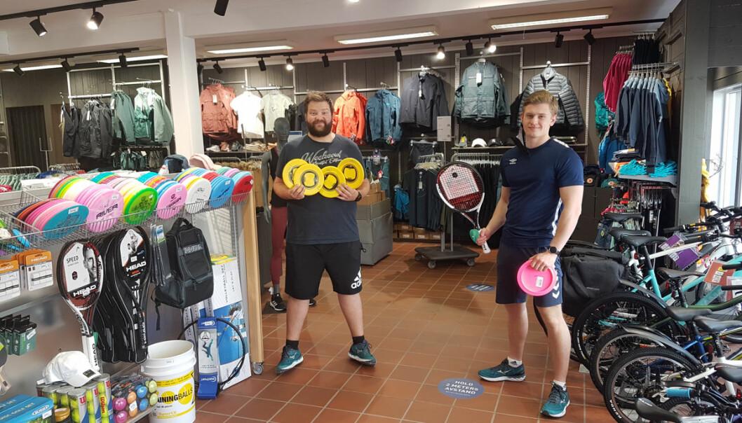 Morten Langenes (t.v.) og Jonathan Pettersen, som ellers jobber på Kiwi, er lånt inn litt til sportsbutikken fordi han har nær tilknytning til idrettsungdommen i Søgne.