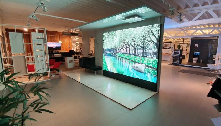 Tosidig LED skjerm som brukes som utstilling og til å tegne nye bad i 1:1-format.