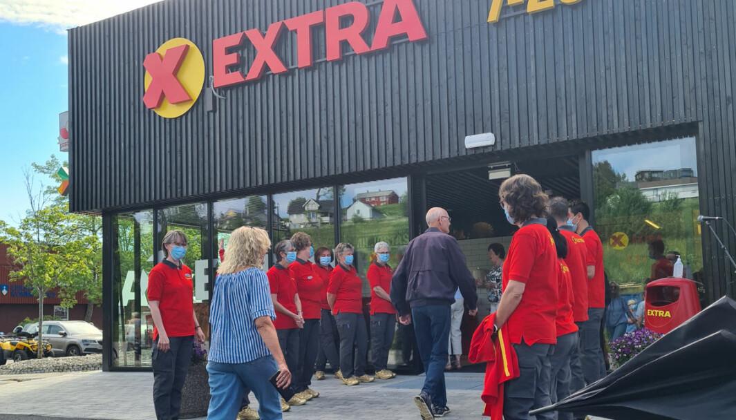 Medarbeiderne dannet espalier for de første kundene ved åpningen 10. juni.