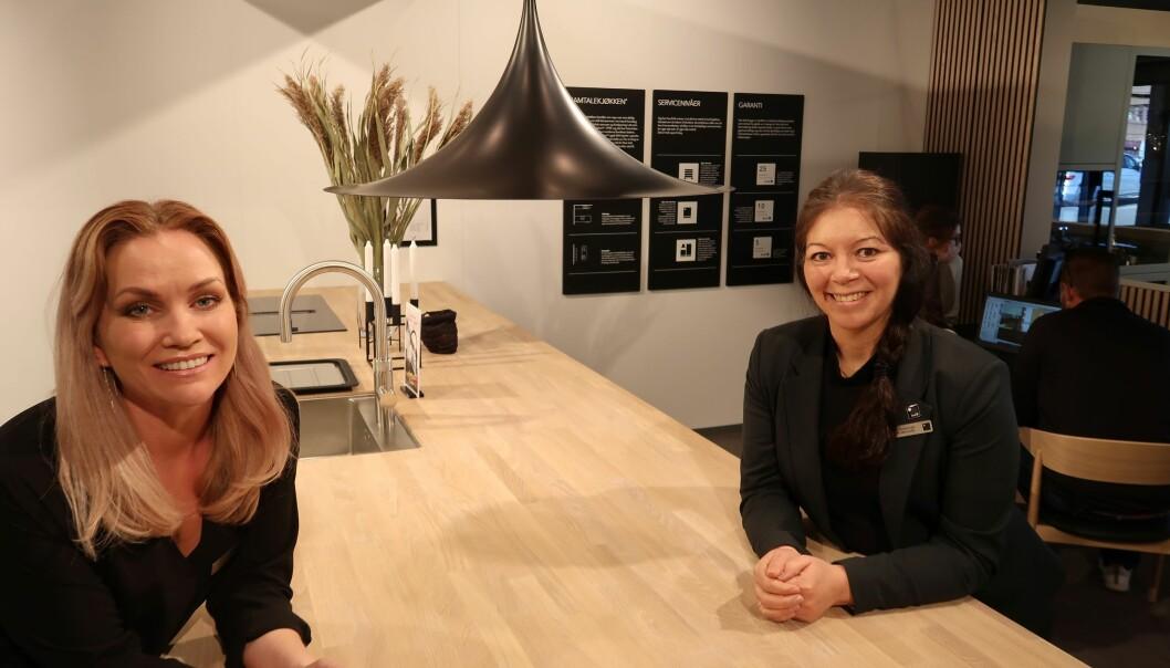 Butikksjef Malin Sylte Bogstad og salgssjef Linda Ockelmann i Kviks butikk i Sandefjord, med et pågående kundemøte bak.
