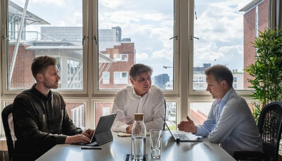 På samme lag: F.v. Kim Kåsene, daglig leder i Lettbutikk, styreleder Tom Hauge og Espen Slyngstad, styreleder i Easy2You Technology.