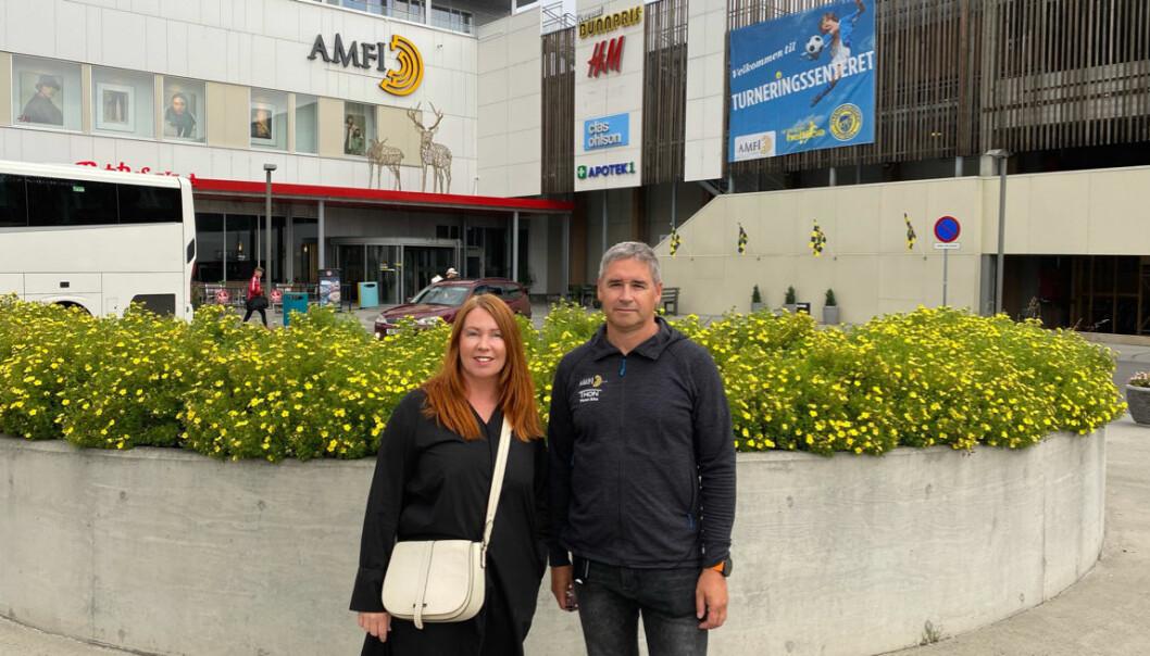 Ass. senterleder Vera Henriksen og driftssjef Ove Thomassen er bekymret for at stadig flere barn stjeler ting på kjøpesenteret og legger ut video av det på medieplattformen TikTok som 'challenge'