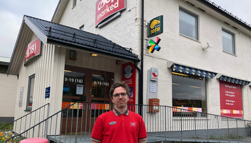 Erik Sørmoen foran butikken han i slutten av juni overtok lederansvaret for.
