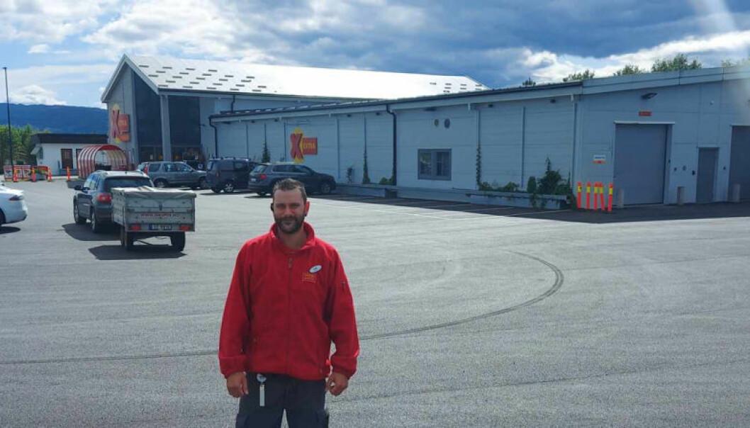 Krister Fossum på parkeringsplassen foran Coop Extra Tyristrand. Her er 50 ferdig oppmerkede plasser tatt i bruk.