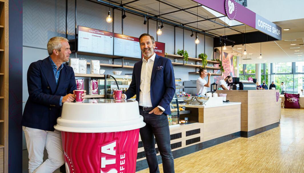 Carl Lescroart og Tormod Halbakken, hhv adm. direktør og direktør for varme drikker for Coca-Cola European Partners Norge, er glade for å introdusere Costa Coffee i Norge. Her i kaffebaren på BI Nydalen.Click to add image caption