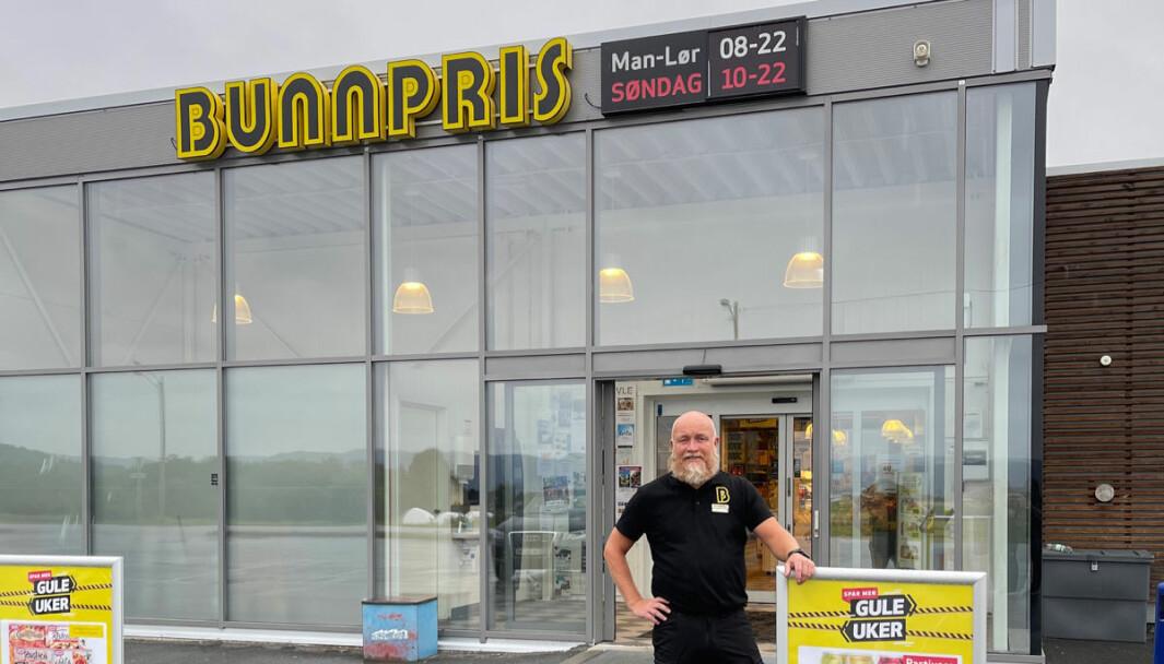 Geir Morten Solem foran Bunnpris-butikken i Stadsbygd som holder søndagsåpent som service for å holde på de faste kundene.