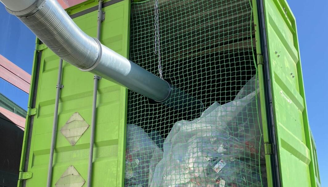 Bokser og flasker blåses rett inn i container som byttes opptil flere ganger i uka.