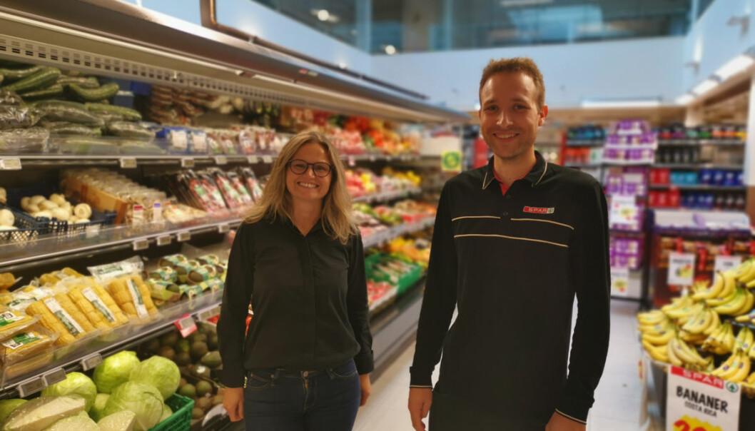 Kjøpmann Johannes Bøe og innkjøpssjef Marianne Espedal Boge viser vei for andre kommuner når det gjelder å dra med lokale butikker i anbudskonkurranser om matlevering til opplærings- og helseinstitusjoner.