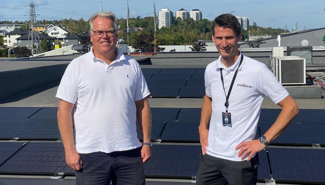 Eier av bygget, Leif Flemming Bakke, og varehussjef for POWER Tønsberg, Amund Røraas på taket som har fått solceller.
