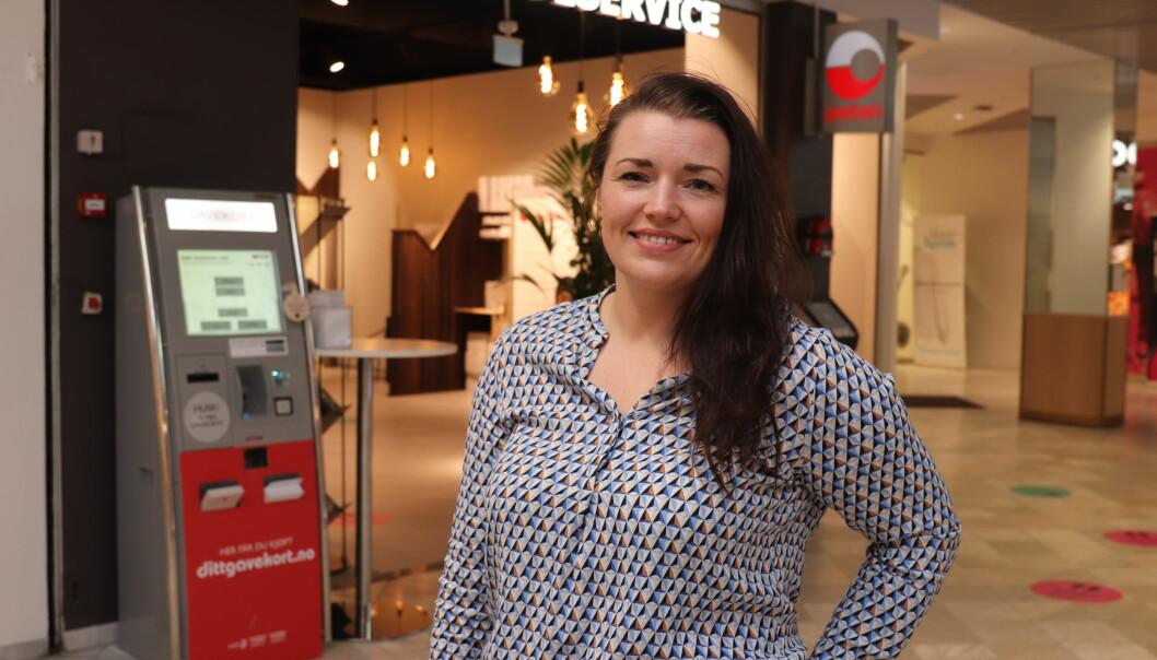 Senterleder Renate Hjørnevik på Kvadrat foran det nye kundesenteret og postkontoret.