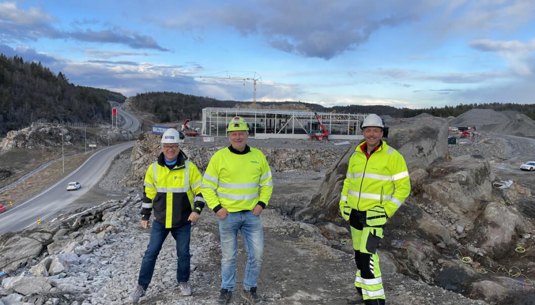 Ordfører Hallgeir Kjeldal og varaordfører Torstein Dahl sammen med utbygger Vidar Tellefsen da tomta til Burger King ble sprengt ut i sommer.