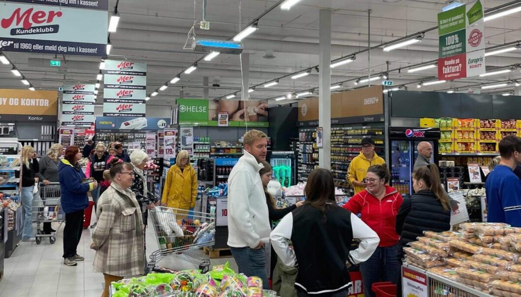 Full fart på åpningsdagen: Kundene opplevde at butikken er økt med nesten 400 kvadratmeter og har fått større vareutvalg, inklusive Iceland frysevarer.