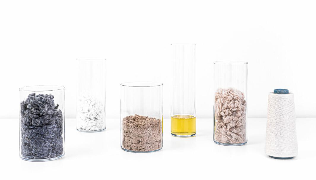 IFCs teknologi illustrert (fra v. til h.). Når knapper og glidelåser er fjernet, starter prosessen med å makulere avfallet mekanisk. Cellulosen (tenk bomull) i råmaterialet fanges opp for videre behandling. Cellulosen reagerer med urea og danner et karbamatpulver av cellulose. Dette løses opp for å skape en væske som minner om honning, og nye fiberfilamenter – Infinna™ – blir til når cellulosen krystalliseres i en våtspinningsprosess.