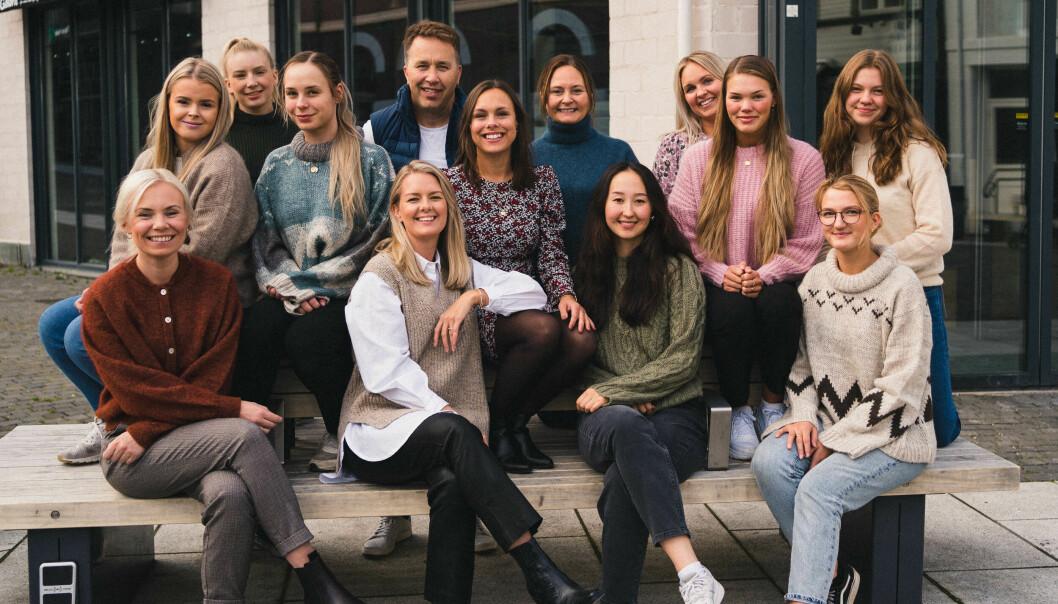 En glad gjeng med vinnere av Årets butikk foran Vakre Venes nye butikklokaler som åpner i november.