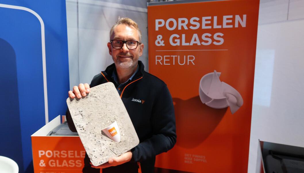 Jernia-sjef Espen Karlsen viser fram gjenvunnet porselen på kjedens stand på Handelskonferansen.