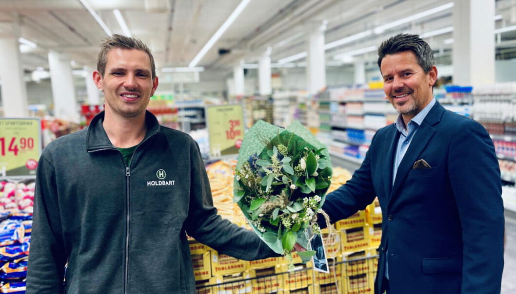 Senterleder Christopher Castberg (t.h.) synes daglig leder Jan Roger Viken fortjener blomster for det Holdbart har tilført senteret.